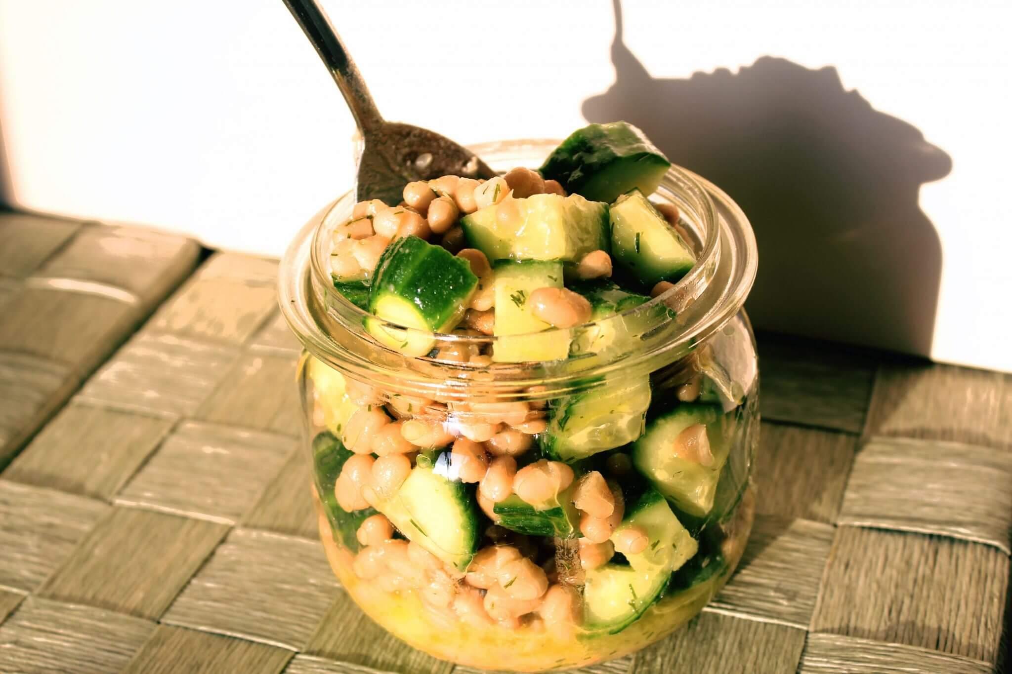 salade van komkommer en boon met dilledressing in bokaal.jpg